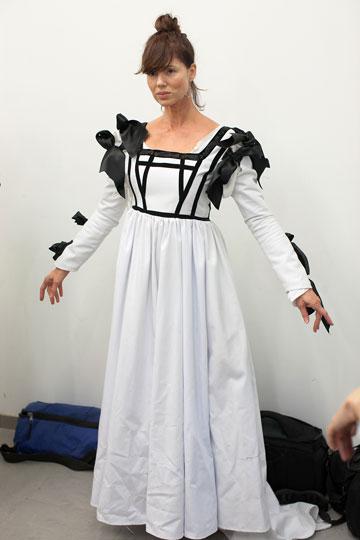 רונית יודקביץ' בשמלה תקופתית בשחור-לבן שעיצבה הסטודנטית נוי גולדשטיין (צילום: אייל שניידר)