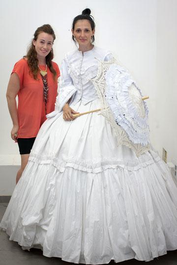 יעל רייך והסטודנטית חנה ויינברג (צילום: אייל שניידר)