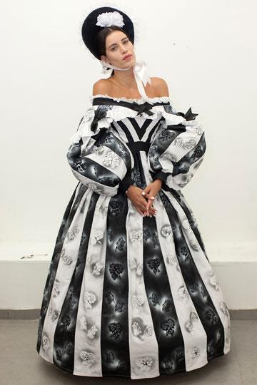 """נטלי דדון בשמלה שעיצבה הסטודנטית אנסטסיה לייזר. """"בתקופה ההיא, אישה היתה מוגבלת גם בתנועה וגם בעשייה"""" (צילום: אייל שניידר)"""