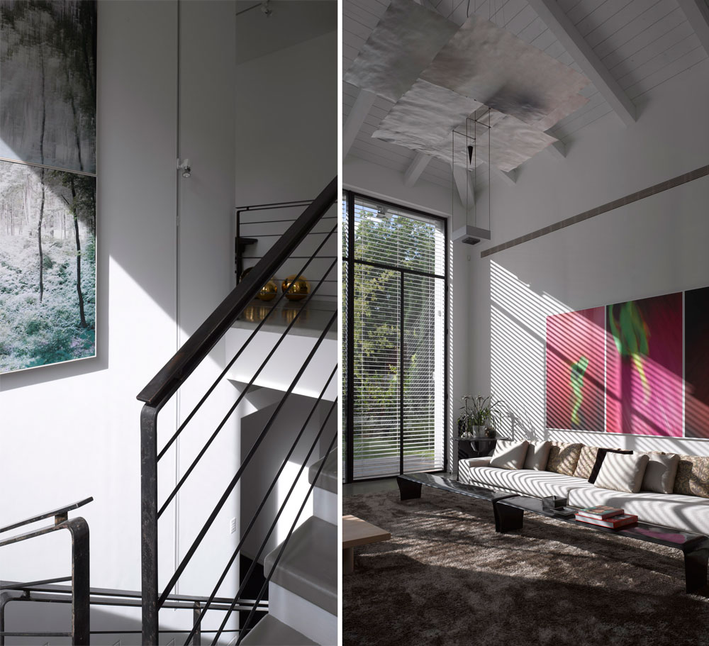 בעלת הבית מילאה אותו ביצירות אמנות: מעל הספה הארוכה (בתמונה מימין) ובירידה לקומת המרתף (משמאל), למשל (צילום: עמית גרון )