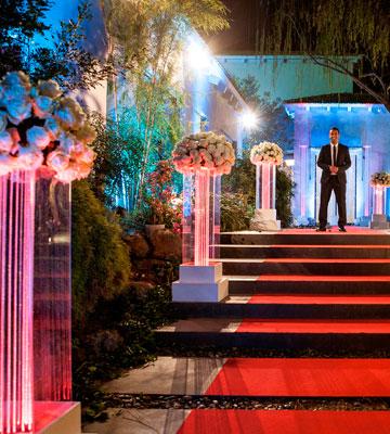 וכך נראית הכניסה לבית, בתוכנית. מזכיר גן אירועים? (צילום: רזי אברהם)