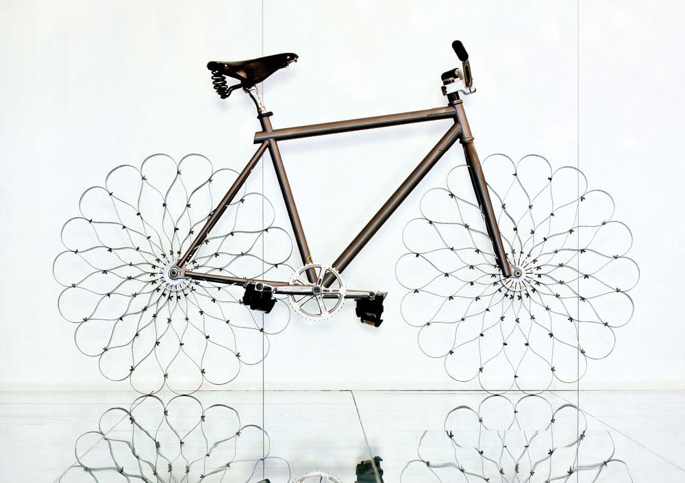 בתערוכה מוצגים עוד פריטים ידועים מגוף העבודות של ארד לאורך השנים. ''אופני שתי הנזירות'' לא רק נראים אטרקטיביים אלא גם נוסעים מצוין במציאות (באדיבות Ron Arad Associates)