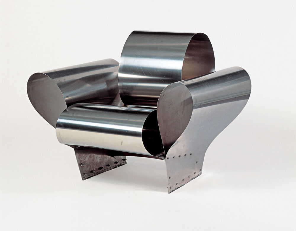Well Tempered Chair, שרון ארד השיק ב-1986, הוא תוצר של כיפוף והרפיה של יריעות פלדה. החומר ממשיך ''לזכור'' את מצבו הקודם ושואף להשתטח - וכך נוצר איזון בין קפיציות לנינוחות (צילום: Vitra Design Museum)