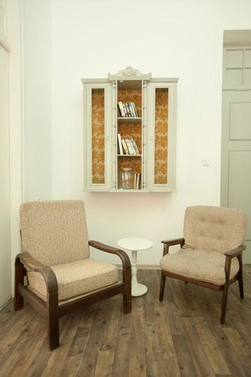 לצד דלת הכניסה פינת ישיבה קטנה (צילום: גידעון לוין ואורן היימן)