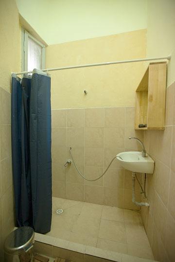 חדרי הרחצה והשירותים נמצאים מחוץ לדירה, במסדרון (צילום: גידעון לוין ואורן היימן)