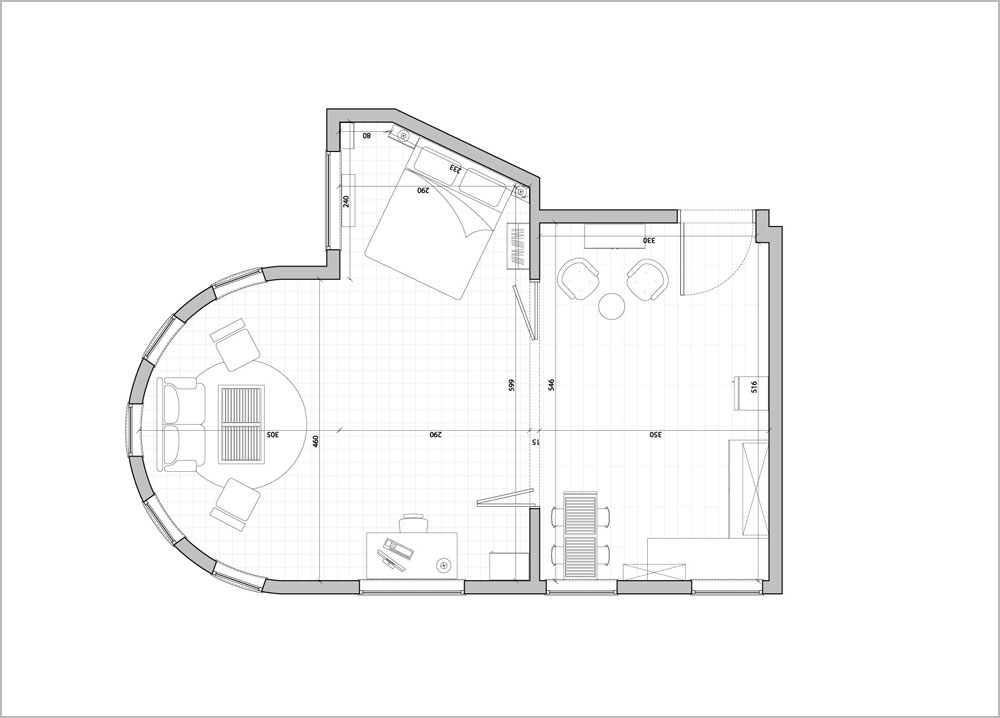 תוכנית הדירה: שני חללים שמופרדים באמצעות דלתות עץ נפתחות, 40 מ''ר בסך הכל. חדרי הרחצה והשירותים נמצאים מחוץ לדירה, צמודים לה, במסדרון. גם הם שופצו לכדי מצב ראוי (תכנית: גיא לוי)