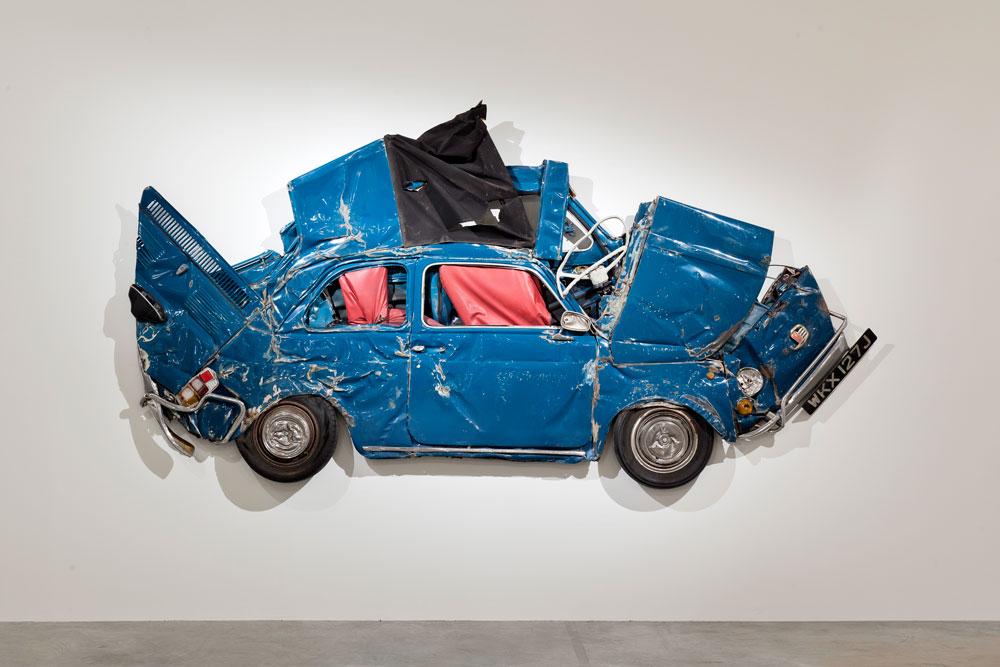 מכוניות כאלה נמצאות במגרשי גרוטאות ומחכות שמישהו יעשה איתן משהו, אומרת האוצרת לידיה יי. ''הנה משהו שהופך אותן לנצחיות – ביצירת אובייקט ייחודי. אנשים יכולים להעריך את האובייקט'' (צילום: Ron Arad Associates)