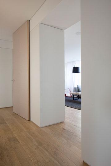 מבט מכיוון החלק ה''פרטי'' של הבית, דרך קיר הארונות (צילום: עמית גירון)
