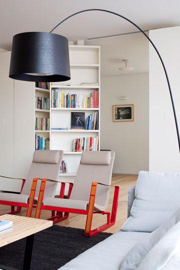 מנורת ''טוויגי'' עומדת וכורסאות של ז'אן פרובה (צילום: עמית גירון)
