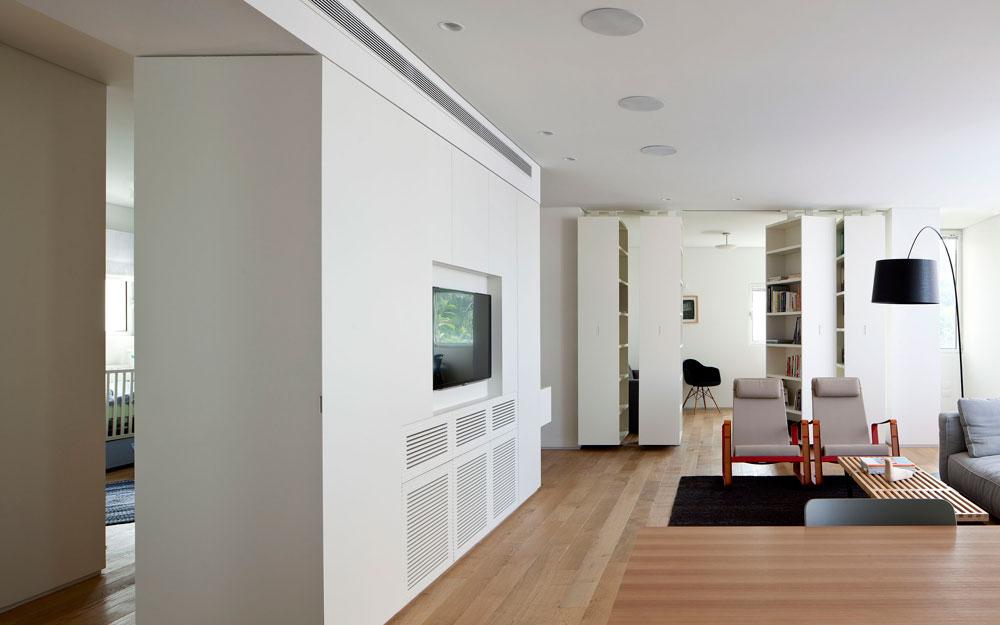 מבט מכיוון המטבח. דרך הפתח שבאמצע קיר הארונות נראית המבואה שמובילה לשני חדרי השינה, של בני הזוג ושל ילדם הקטן (צילום: עמית גירון)