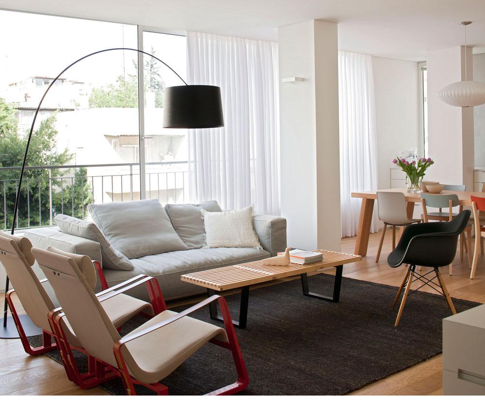 המקום: מרכז תל אביב. מטראז': 120 מ''ר. תכנון ועיצוב פנים: ורד בלטמן כהן. הרהיטים בסלון הם אייקונים ידועים של מעצבים כמו הזוג אימס, ז'אן פרובה וג'ורג' נלסון (צילום: עמית גירון)