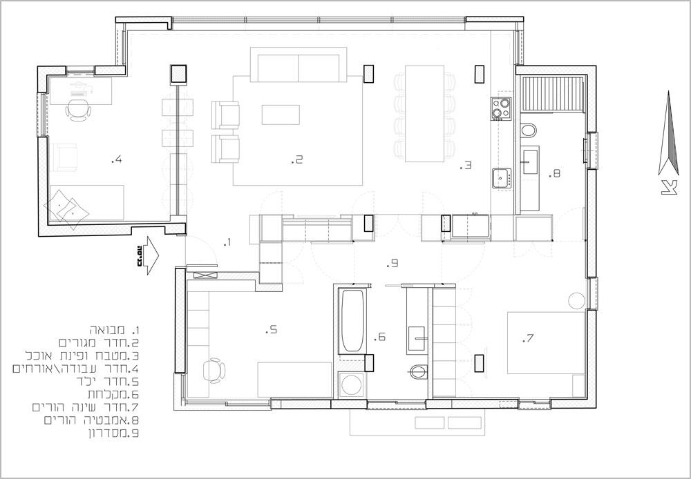 תוכנית הדירה: קירות פנימיים יש רק שלושה - בין חדר הרחצה של ההורים למטבח (מימין), ומצדי חדר הרחצה השני, שבין חדרי השינה. כל יתר ההפרדות בין החללים בבית נעשו באמצעות ארונות, שגם ''ספגו'' לתוכם את מערכות התשתית ואת העמודים התומכים (צילום: עמית גירון)