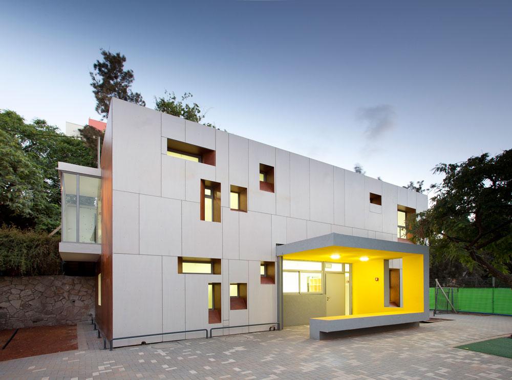 גן ילדים בגבעתיים (תכנון: ערן זילברמן). ''החלונות השובבים הם תגובת-נגד לסגנון חמור הסבר ועמוס התקינה'', מסביר האדריכל (צילום: עמית האס)