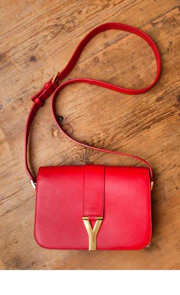 """תיק צד אדום של סאן לורן פריז. """"אני מאוד מאוד אוהבת את התיק הזה, קצת פחות משאני אוהבת את בעלי והילדים"""" (צילום: ענבל מרמרי)"""