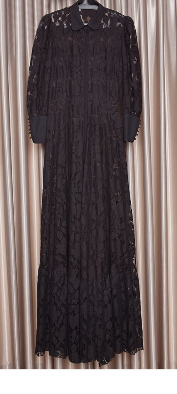 """שמלת מקסי שחורה של גדי אלימלך. """"אני מקפידה תמיד ללבוש מעצבים ישראלים, כי חשוב לי החיבור האישי למעצב, וכמובן, לפרגן לעיצוב ישראלי""""  (צילום: ענבל מרמרי)"""