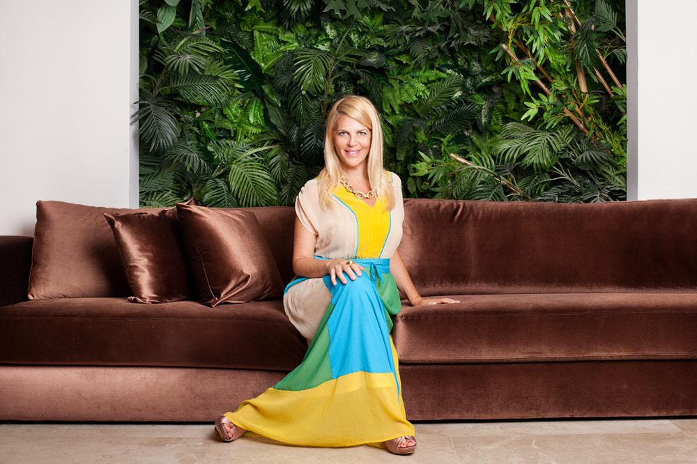 סנדרה רינגלר בביתה. שמלת קיץ צבעונית, עדיקה; סנדלים, אסקדה; תכשיטים, יעקובוב דיאמונד (צילום: ענבל מרמרי)