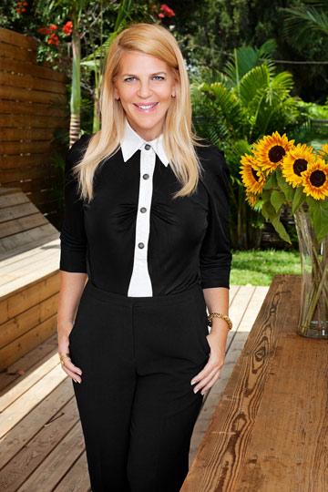 סנדרה רינגלר. מכנסיים שחורים וחולצה, ברי מאייר; תכשיטים, יעקובוב דיאמונד (צילום: ענבל מרמרי)