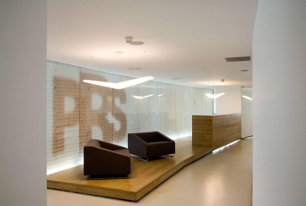 משרדי PRS. החומר שמשווקת החברה, פלסטיק נמתח דמוי יריעת דבש, הפך לאלמנט המרכזי בעיצוב (צילום: עמית גרון )