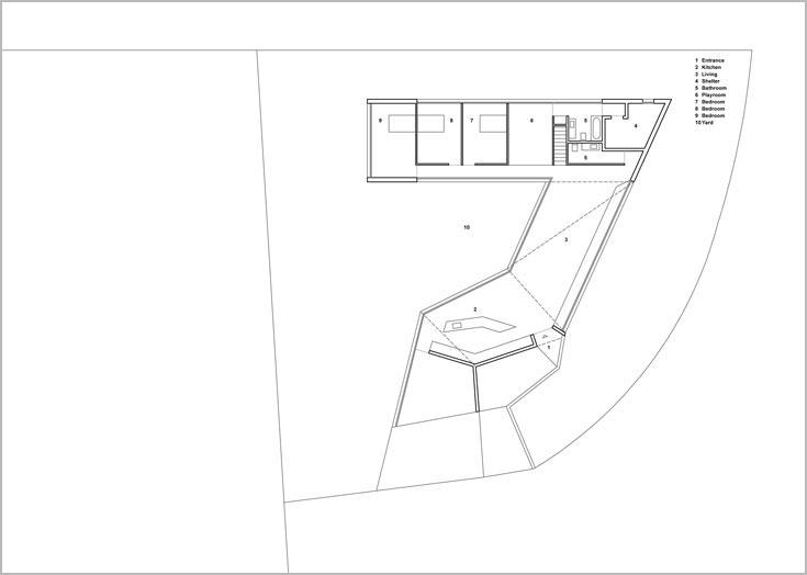 תוכנית מפלס הכניסה בבית ה''זיג-זג'' בחופית. מהסלון מתפצלים לאגף הילדים, או למעלה, לאגף ההורים (באדיבות פריצקי ליאני אדריכלים)