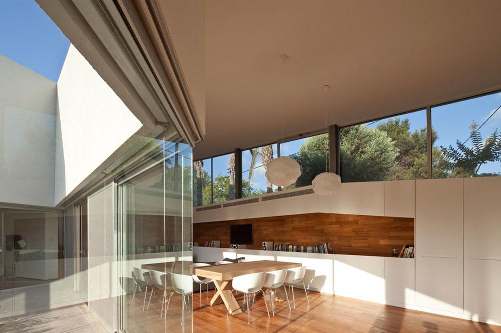 בית בחופית תוכנן בצורת זיג-זג, מתוך החלטתם של פירצקי וליאני לעבוד עם השיפוע של המגרש, ולא נגדו (צילום: עמית גרון )