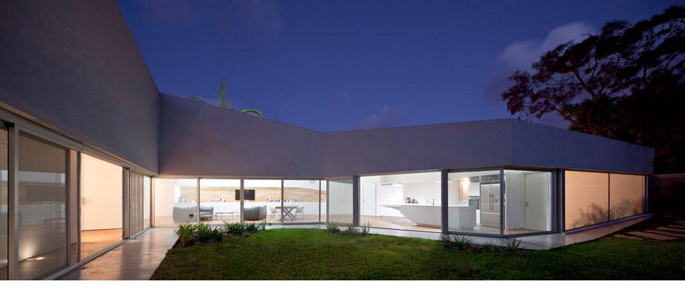 החלונות ופריטי הנגרות בבית מדגישים את הקווים האלכסוניים (צילום: עמית גרון )