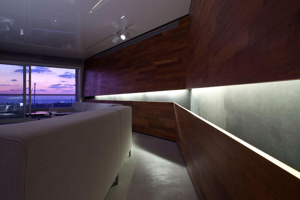 דירה במרינה בהרצליה עוצבה עם הרבה עץ טיק גושני, כדי ''ליצור תחושה שנמצאים בעצם בתוך יאכטה שעוגנת ומשקיפה למעגן, ולא בתוך קומפלקס מגורים'' (צילום: עמית גרון )