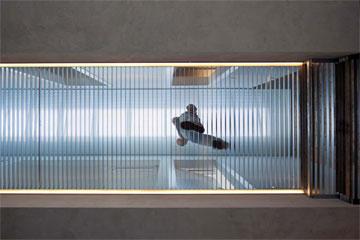 אור הסקיי-לייט חודר דרך רצפת המסדרון, שעשוי רשת (צילום: עמית גרון )