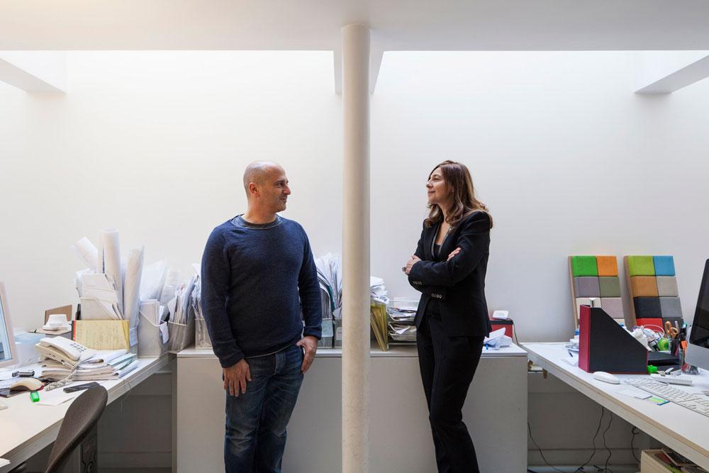 פאולה ליאני ואיתי פריצקי, במשרדם בתל אביב. שילוב תרבויות וחתירה לחדשנות: היא איטלקייה והוא ישראלי, אבל הם  ''מחפשים בכל פרויקט שפה שהיא פרועה וטבעית כמו שדה תותים'' (צילום: אביעד בר נס)