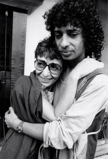 """""""הייתי הילד בה""""א הידיעה של הסיקסטיז"""". יזהר כהן ורבקה מיכאלי, 1986 (צילום: שאול גולן)"""