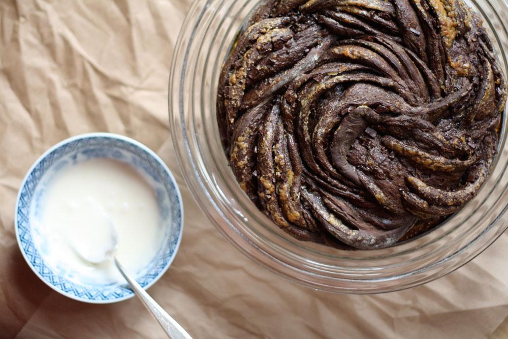 אפשר להכין מהבצק גם שבלולים. עוגת שמרים שוקולד-שוקולד-תפוזים (צילום: Lillie Auld)