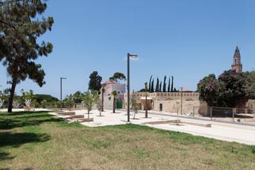 שבילים, מדשאות והכנסייה ברקע (צילום: אביעד בר נס)