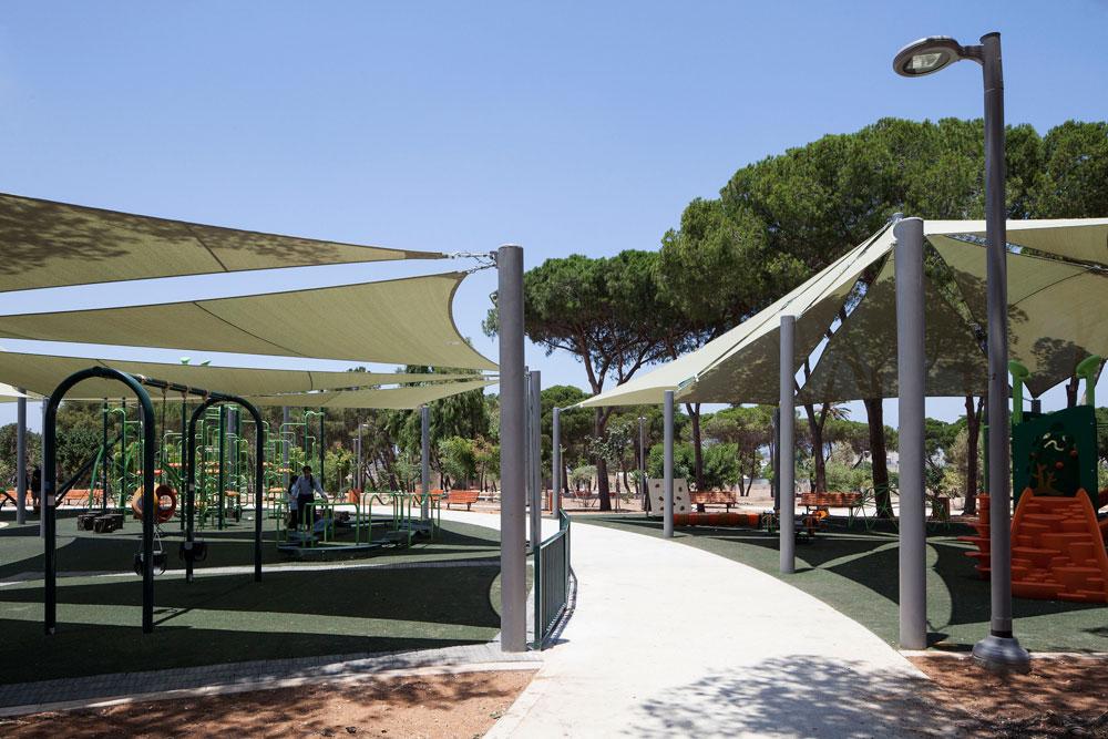 הפרגולה המרכזית של הפארק, עם ספסלים שעוצבו בהשראת ארגזי תפוזים. Jaffa, כמובן. ההקשר היפואי נוכח גם בחיפוי שמזכיר את הכורכר (צילום: אביעד בר נס)