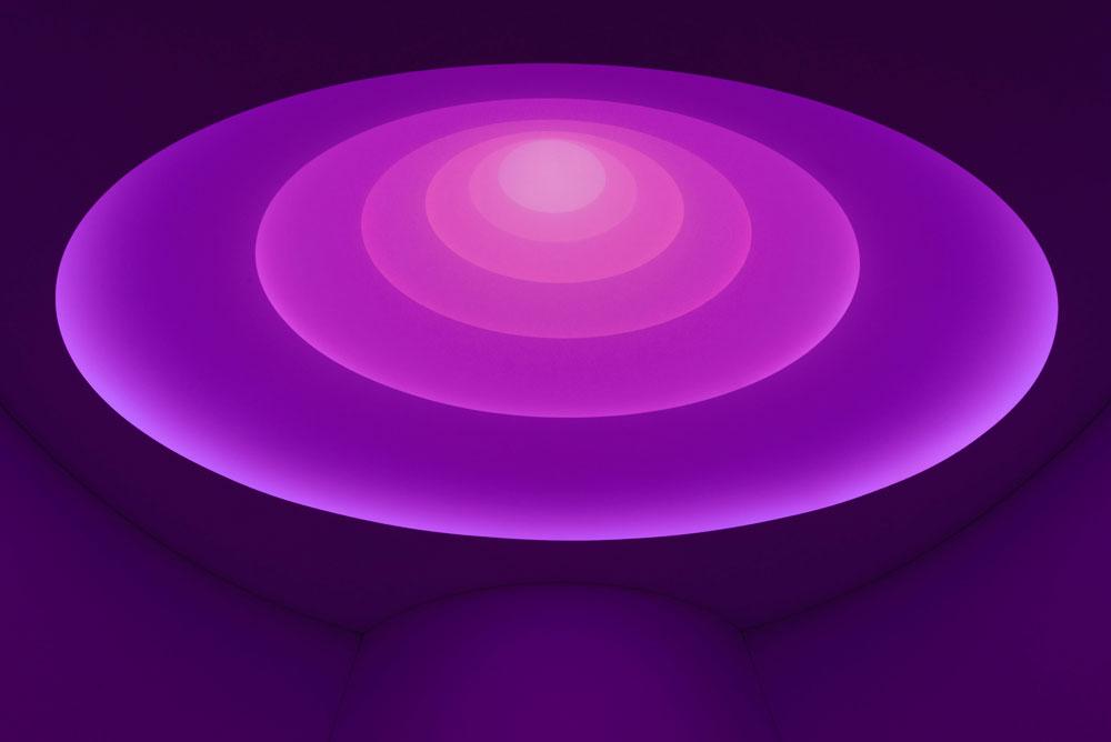 הגוגנהיים כפי שלא נראה מעולם. באמצעות תאורה, מצליח האמן האמריקאי ג'יימס טורל לברוא מחדש את החלל המעוגל המפורסם (צילום: David Heald © Solomon R. Guggenheim Foundation, New York)