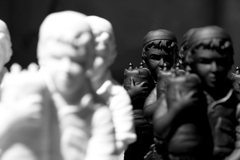 בכמה מהצילומים הועמדו הבובות יחד, בצורה שמזכירה צבא חיילים (צילום: ג'יל שוובר)