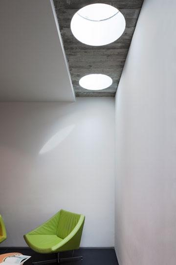 סקיי-לייט כדי להתגבר על שתי חזיתות ללא חלונות (צילום: אביעד בר נס)