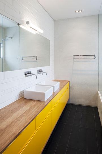 צהוב מאיר בחדר הרחצה (צילום: אביעד בר נס)