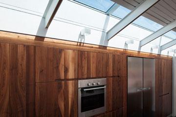סקיי-לייט מאיר גם את המטבח (צילום: אביעד בר נס)
