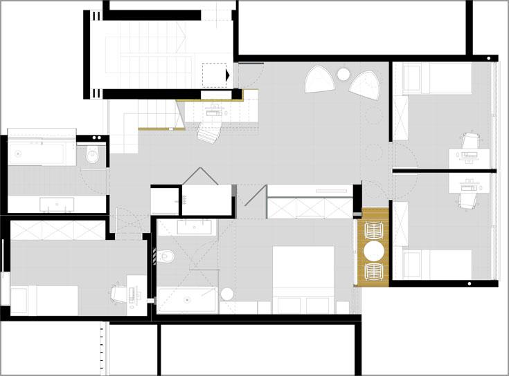 תוכנית קומת הכניסה: מבואה שבה פינות משפחה ועבודה, חדר שינה להורים, שני חדרים לבנות, חדר רחצה וממ''ד (תכנון: ארכ' עדי וינברג, ארביג'אז)
