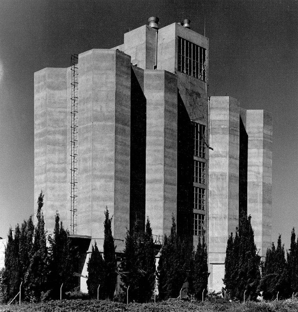 מתוך התערוכה: מבני סילו שתיכנן אידלמן ל-5,000 טון גרעינים עבור חברת הזרע, מסמיה, 1958 (צילום: יוסף אידלמן, באדיבות ארכיון אדריכלות ישראל )