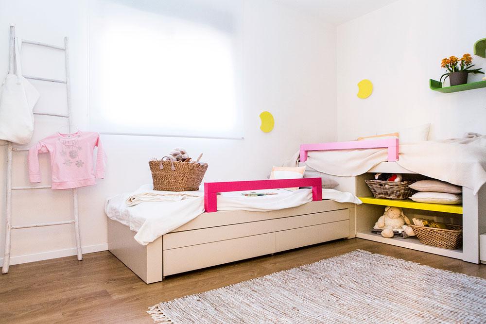 חדרן של הבנות הורחב, ויש בו מיטת קומותיים פינתית, שבה גם מקומות לאחסון. בקיר ממול ארון גדול שבמרכזו ספרייה פתוחה (צילום: איתי בנית. סטיילינג: יעל קטורזה (סטודיו passe-par-tout))