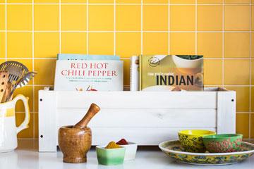 כלים וספרי בישול במטבח (צילום: איתי בנית. סטיילינג: יעל קטורזה (סטודיו passe-par-tout))