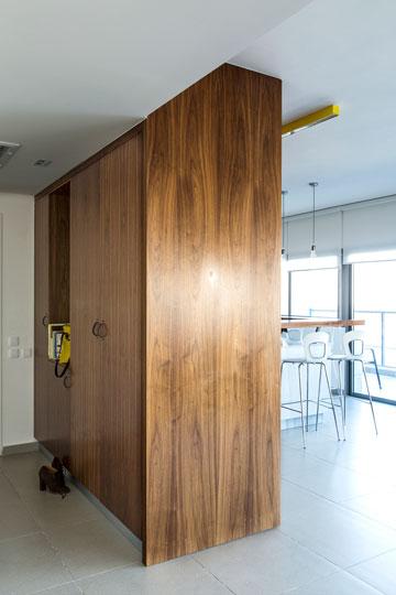 ארון דו-צדדי מפריד בין הכניסה למטבח ועוזר לשמור על סדר (צילום: איתי בנית. סטיילינג: יעל קטורזה (סטודיו passe-par-tout))