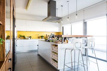 """""""רצינו מטבח רחב ונוח, עם הרבה שטחי עבודה ואחסון"""" (צילום: איתי בנית. סטיילינג: יעל קטורזה (סטודיו passe-par-tout))"""