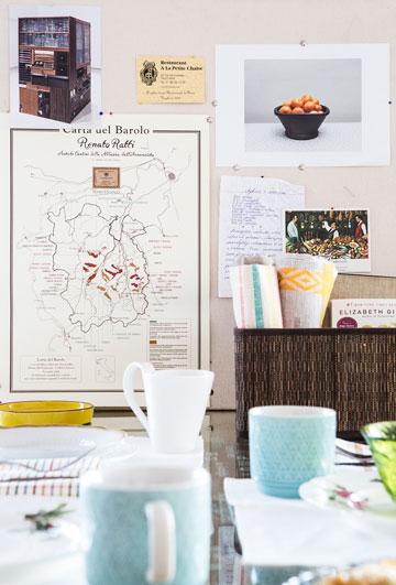 לוח השראה לצד שולחן האוכל (צילום: איתי בנית. סטיילינג: יעל קטורזה (סטודיו passe-par-tout))
