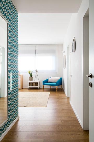 הטפט עוטף גם את הכניסה לחדר השינה. מולו - חדרי הארונות והרחצה (צילום: איתי בנית. סטיילינג: יעל קטורזה (סטודיו passe-par-tout))