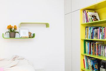 במרכז ארון הבגדים ספרייה פתוחה (צילום: איתי בנית. סטיילינג: יעל קטורזה (סטודיו passe-par-tout))