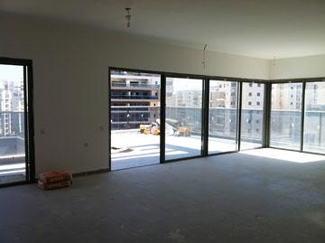 כך נראה הסלון כשהדירה נמסרה מהקבלן (צילום: אלה צייחר)
