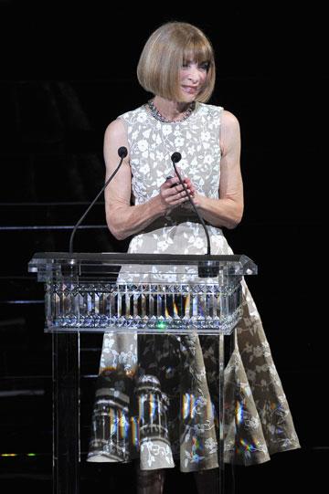 אנה ווינטור. האישה המפחידה ביותר בתעשייה העניקה את הפרס לריהאנה (צילום: gettyimages)