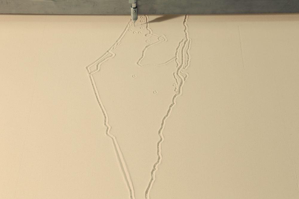 מדפסות ענק רושמות ומוחקות, כדימוי לפעולת הבנייה בישראל (צילום: שרהלה גור לביא)