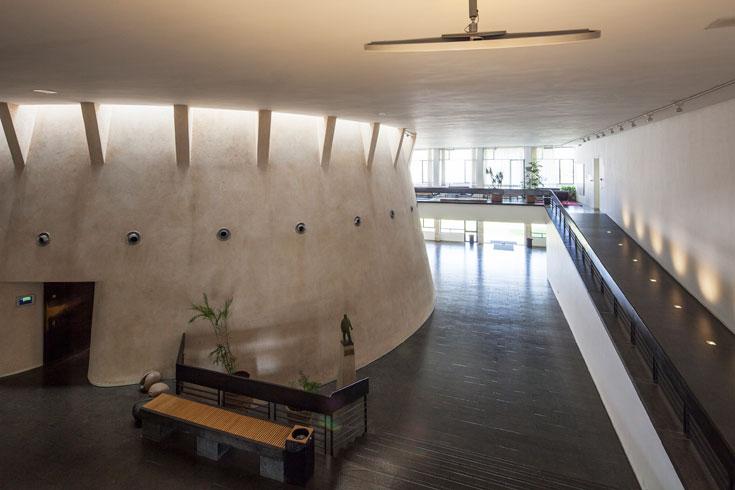 הבניין הוותיק, בתכנונם של רזניק ופובזנר. השפעה של לה קורבוזיה ודמיון לקתדרלה בברזיליה של נימאייר, אך מי השפיע על מי בעצם? (צילום: אביעד בר נס)